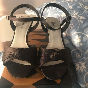 Shoes - Black Open-Toed Heels with Bow Design
